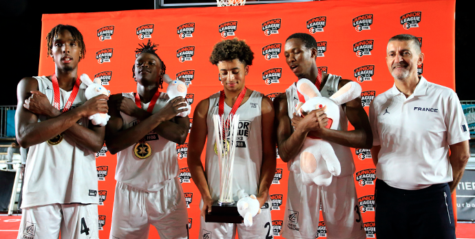 La Team Wakanda avec leur trophée aux côtés de Jean-Pierre Siutat, Président de la FFBB.